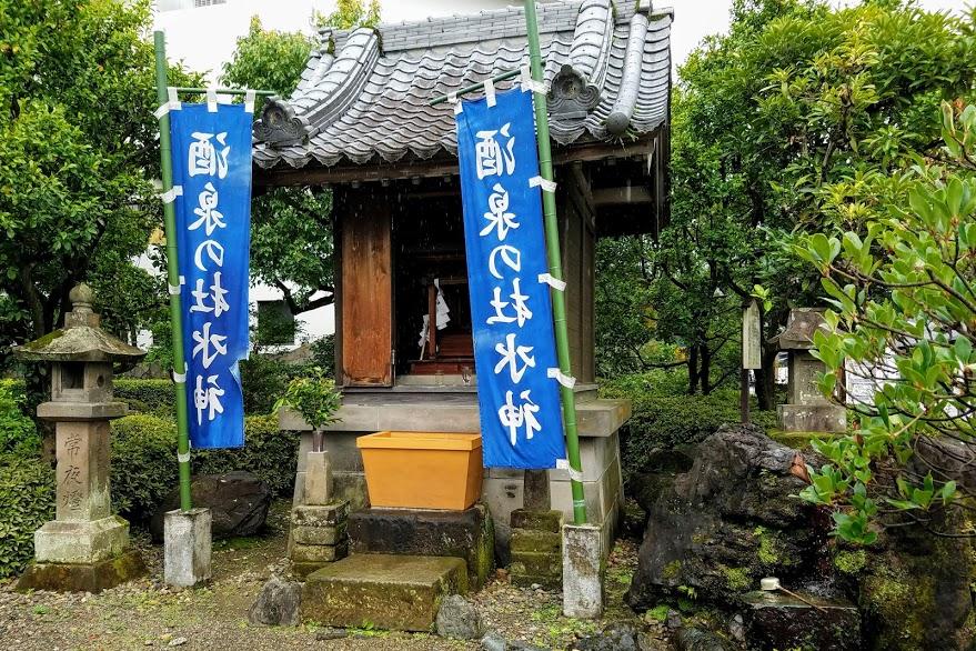 酒泉の杜の入り口には水神様の小さなお社がある